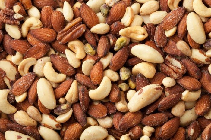 müsliriegel grundrezept mit vielen nüssen, zuerst die nüssen vorbereiten, backen mit oder ohne salz oder roh genießen