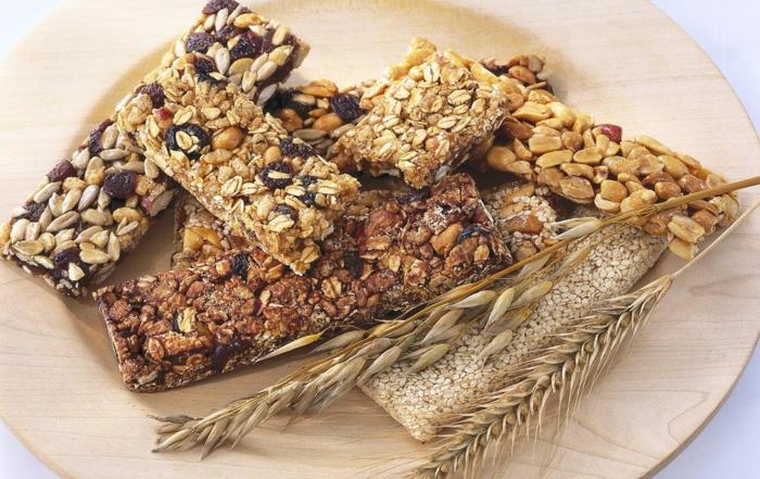 low carb riegel selber machen, verschiedene rezepte ausprobieren und die beste finden, verschiedene arten von riegeln in einem teller