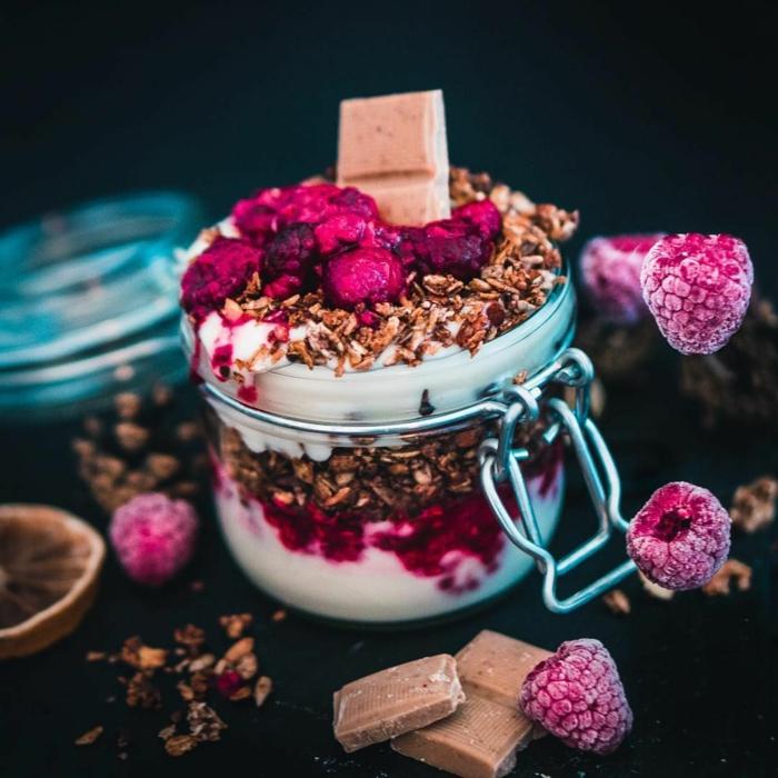 fitness riegel selber machen,, müslimischung selber herstellen je nach geschmack, jogurt mit müsli, schokolade, gefrorene früchte