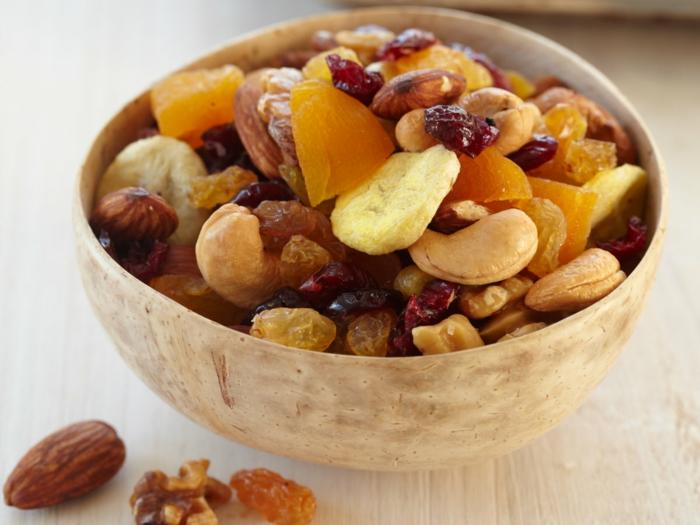 low carb müsliriegel idee mit vielen nüssen und trockene früchte, kaschew, mandeln, banane, hazelnuss, sultaninnen