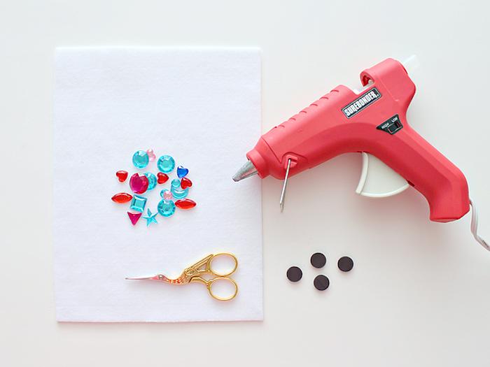 Materialien für DIY Magnete, bunte Kristalle mit Heißkleber auf Magneten befestigen
