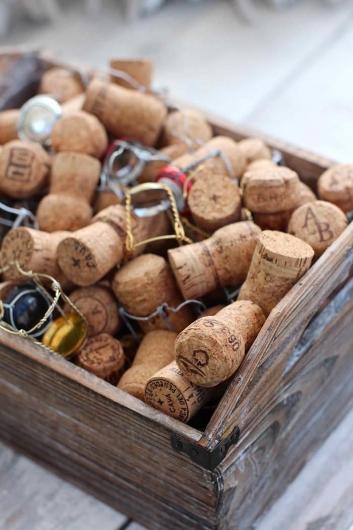 Materialien für DIY Hochzeitsgeschenk, Korken in Holzkasten, Bastelideen zum Nachmachen