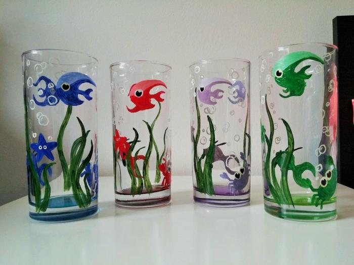 vier Gläser, blaue, rote, lila und grüne Fische, maritime Deko, grüne Alge, Acrylfarbe auf Glas