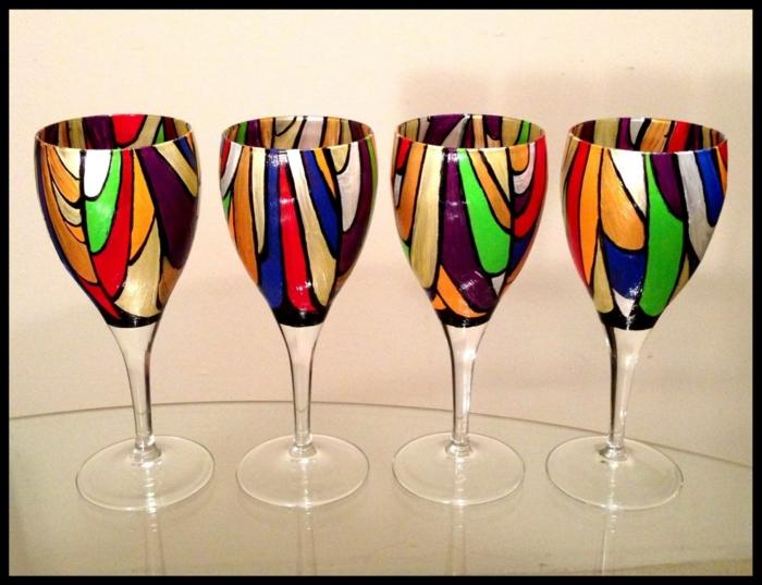 vier bunte Gläser, verschiedene bunte Flecken formen bildschöne Kombination, Acrylfarbe auf Glas