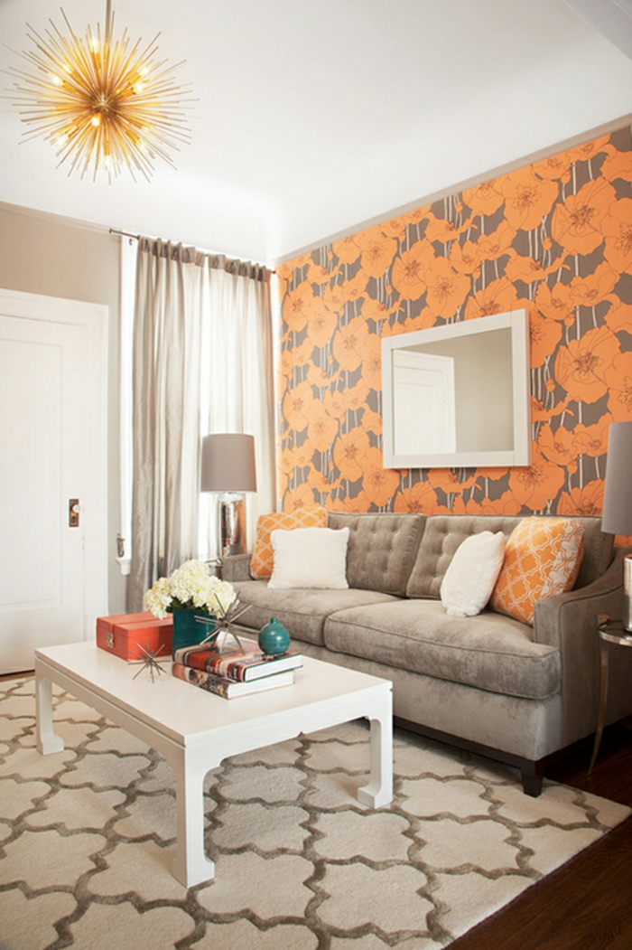 Blumenmotive von der Tapete, weißer Tisch, geometrischer Teppich, Wohnzimmer gestalten, ausgefallener Lampenschirm