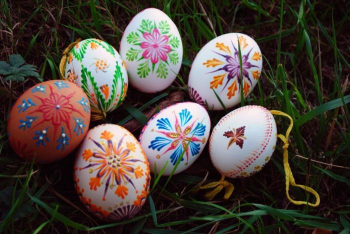 Ostereierfarbe, weiße Ostereier mit Filzstiften bemalt, Dekoration mit Blumen