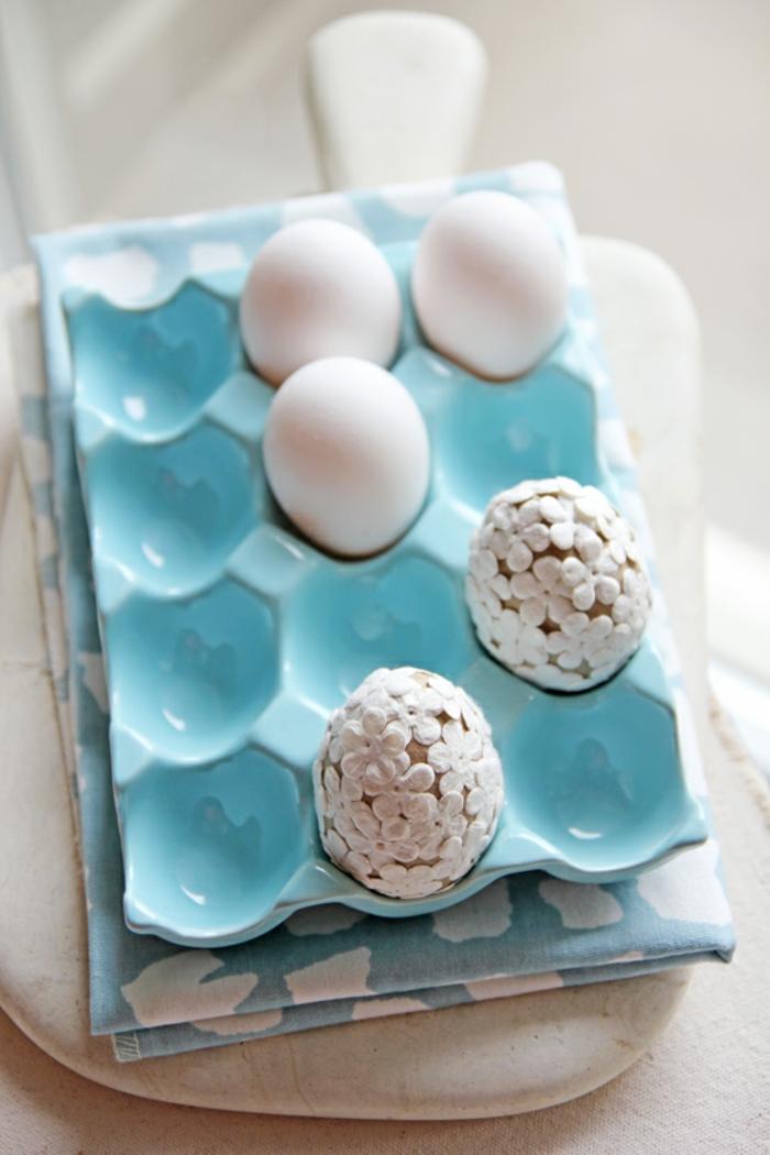 weiße Eier in Eierkarton mit kleinen Blümchen Eier anmalen und trocknen lassen