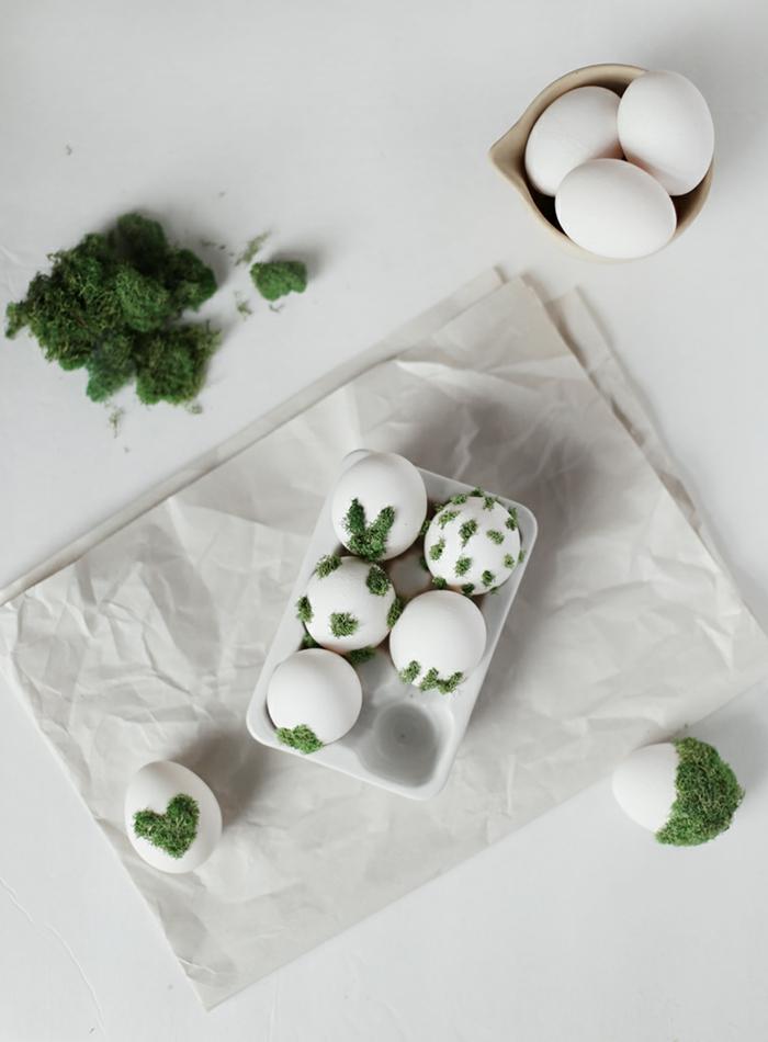 Einige Ostereier dekorieren, mit Moos verschiedene Designs schaffen