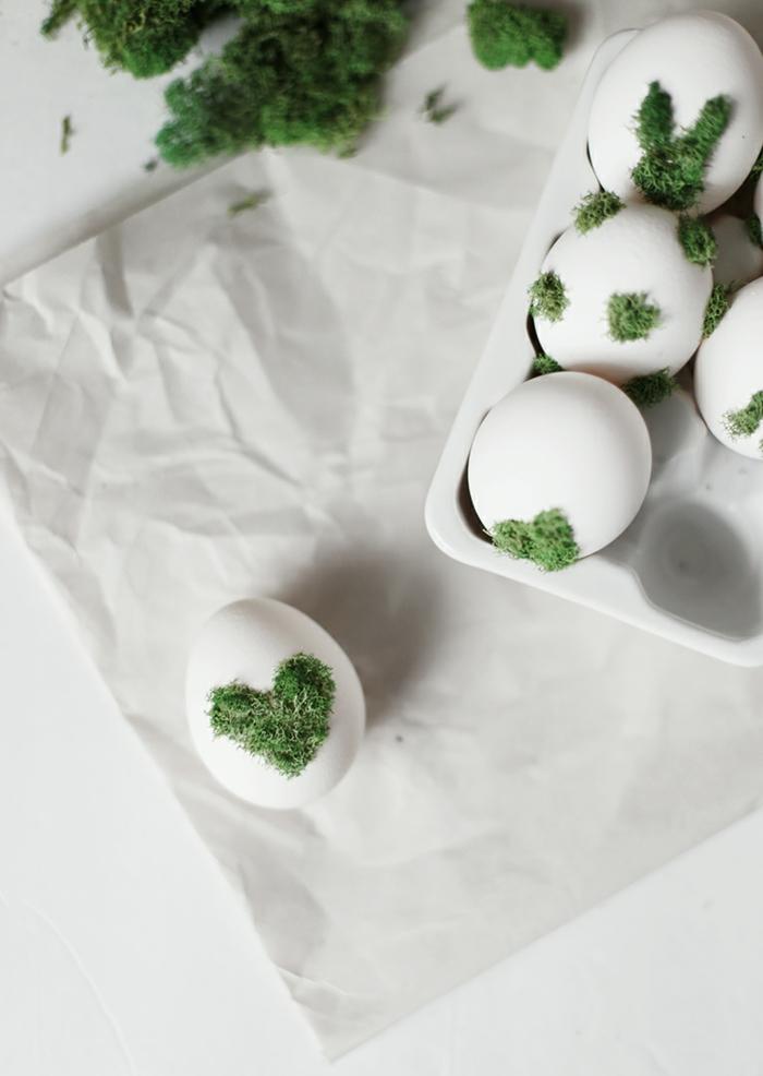 Eier anmalen, ein liebesvolles Design, Herzchen mit Moos auf Ei bemalt