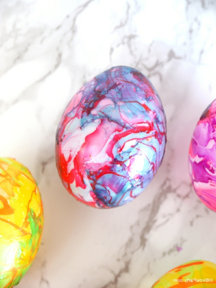 mit Wasserfarbe gefärbte Eier, Technik, wie Sie bunte Flecken in Rot und Blau kreieren