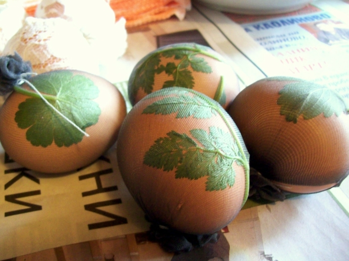 Ostereier bemalen Technik, kleine Blättchen am Ei mit Strumpfhose befestigen