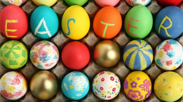 Sechs Eier mit dem Buchstaben von Ostern, verschiedene Ostereier bemalen Techniken