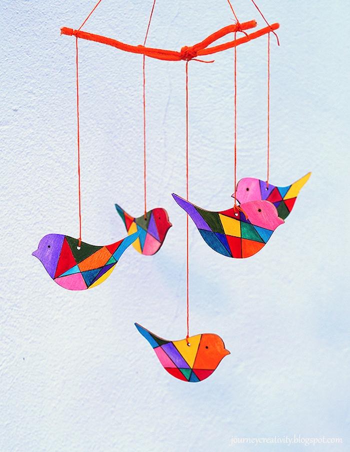 DIY bunte Mobile aus Holz in Form von Vögelchen, Babyzimmer Deko selber machen mit Anleitung