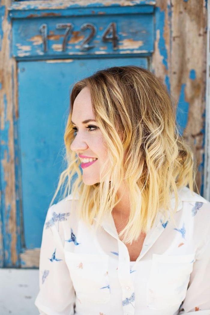 Balayage Frisur, blonde Spitzen, violetter Lippenstift, weißes Hemd mit langen Ärmeln