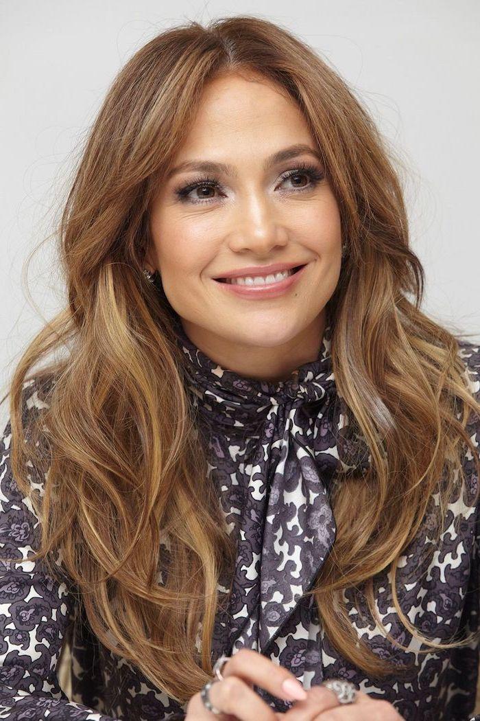 Jennifer Lopez Balayage Frisur, braune Haare mit blonden Strähnen, leichtes Tages Make-up
