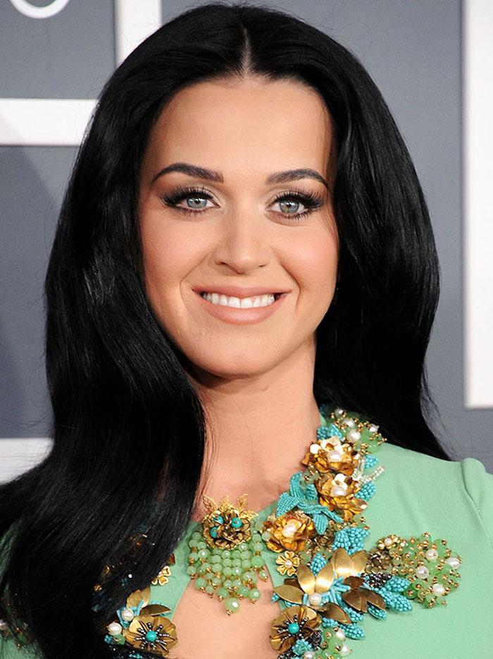 moderne haarschnitte für frauen, katty perry, schwarze haare, grüne bluse mit dekorationen