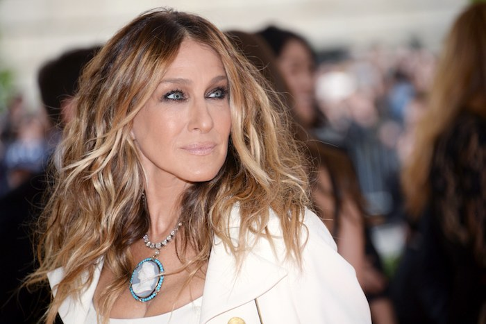 moderne haarschnitte, sarah jessica parker, frisuren für langes gesicht, blaue augen schminken