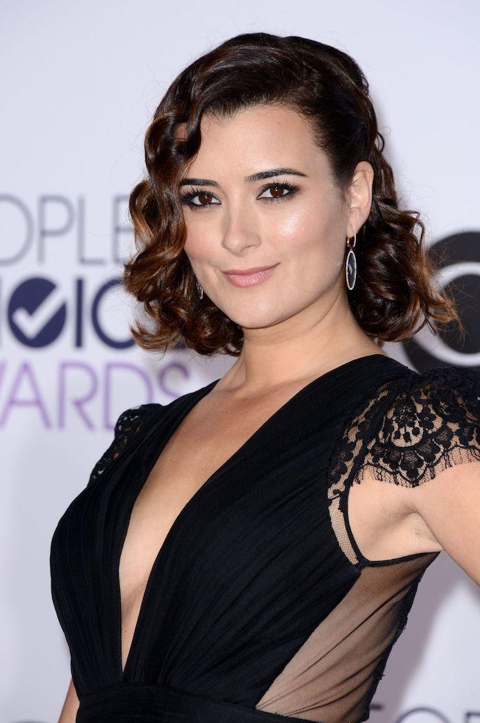 moderne haarschnitte für frauen, schwarzer abendkleid mit kurzen ärmeln aus spitze, braune augen schminken