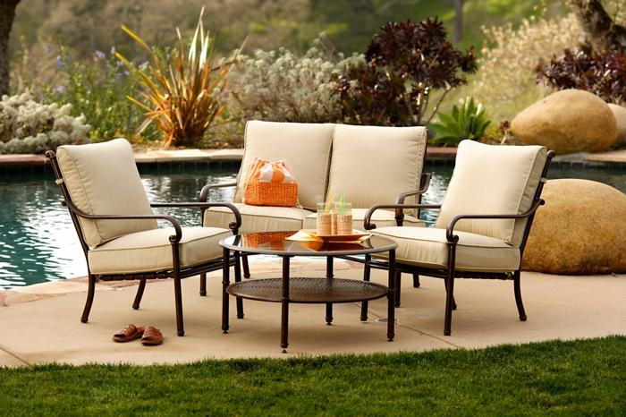 schöne terrassen deko ideen zum entlehnen, stühle, sessel, am pool sitzen, kaffee genießen