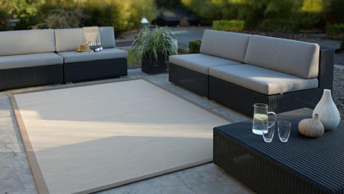 schlichte terrassen deko, sofas, einige pflanzen, tisch. platte für übungen und yoga
