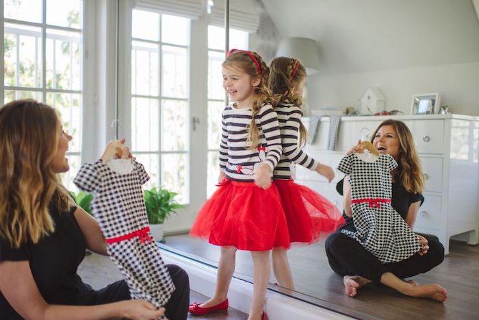 designer mädchenmode mama und tochter probieren die neue kleider, die sie gekauft haben
