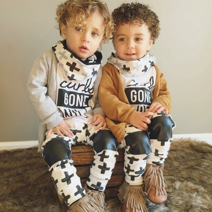 Frisur Jungs, zwei niedliche Zwillinge mit blonden lockigen Haaren, gleiche Kleidchen