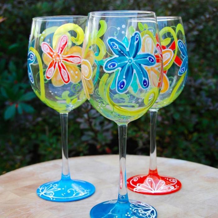 drei Gläser mit kleinen bunten Blumen, Acrylfarbe auf Glas, grüne Akzente