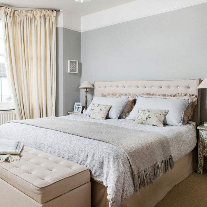 rosa Akzent in einem grauen Schlafzimmer, Wandfarbe Hellgrau, Einrichtung nach Feng Shui