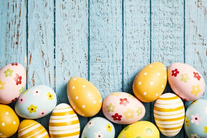 gefärbte Ostereier, verschiedene Techniken, die Eier zu bemalen, Blumen, Punkten und Streifen