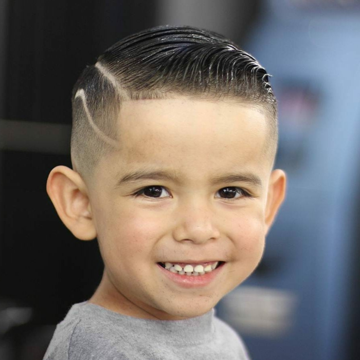 coole Frisuren von einem kleinen Jungen, eine rasierte Linie, Haargel Frisur