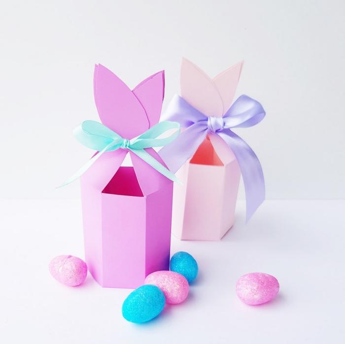 osterkörbchen aus rosa papier dekoriert mit blaue schleife, osterbasteln mit kindern, kunsteier