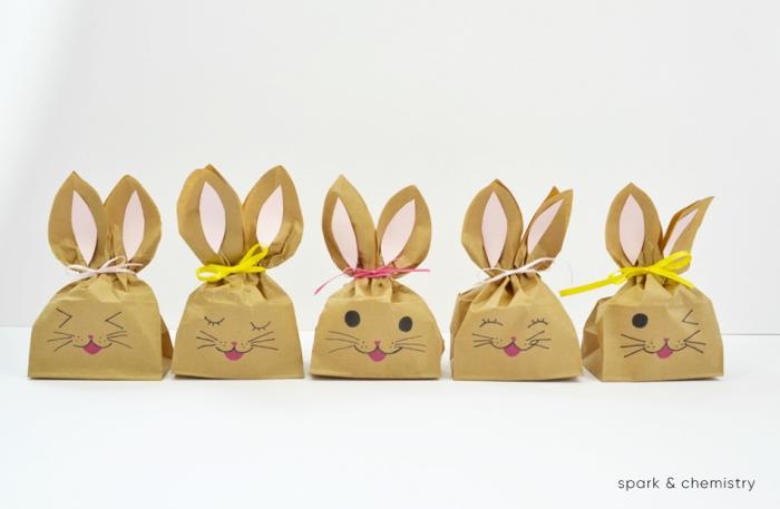 osterdeko selber machen, kleine ahsen aus papierbeuteln dekoriert mit bunten schleifen, ostergeschenke für die kinder