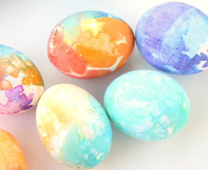 gefärbte Ostereier mit einer Technik durch Watte und Plastiktüte, bunte Eier zaubern