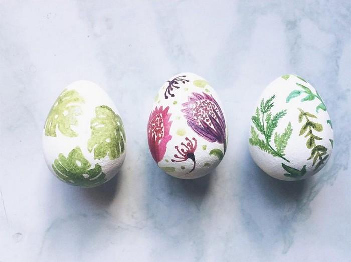 ostereier bemalen eier bemalen muster eier färben mit hausmitteln weiße eier blumen mit wasserfarbe malen