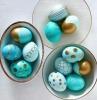 ostereier färben eier färben muster eier anmalen hellblaue ostereir mit gold bemalen eier färben goldener filzstift