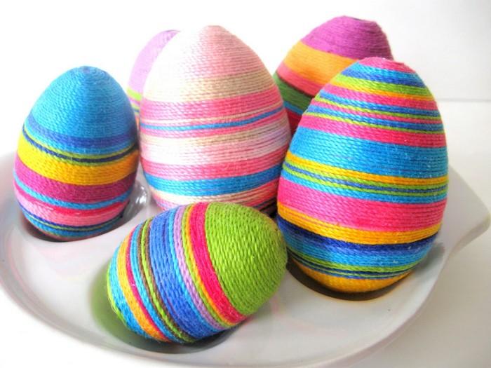 ostereier muster eier färben kinder ostereier färben natürlich mit baumwollfaden satte farben ankleben