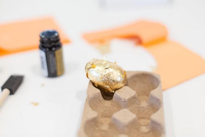 ostereier muster eier färben kinder ostereier natürlich färben mit goldblätter decken eier färben ins karton legen