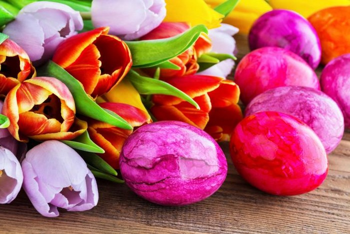 ostereier muster ostereier natürlich färben eier färben rote beete eier färben mit hausmitteln glänzenede eier färben natur rot und lila tulpen