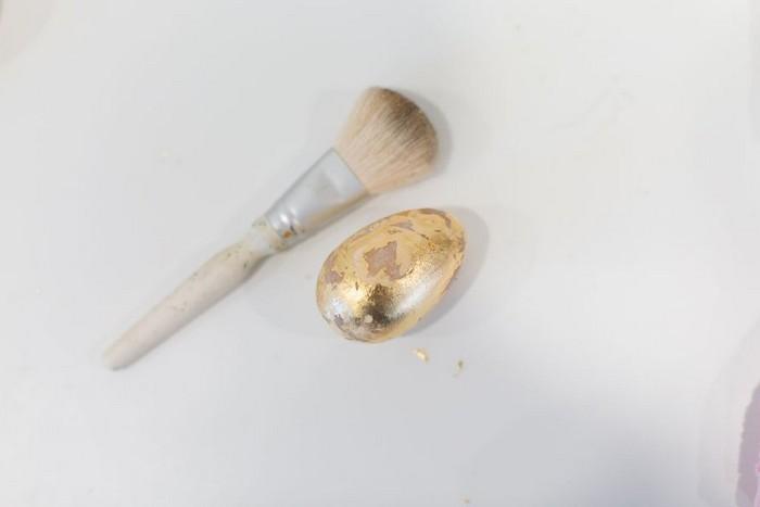 ostereier natürlich färben eier färben natur eier anmalen mit goldblättern decken mit pinsel reinigen anleitung eier bemalen