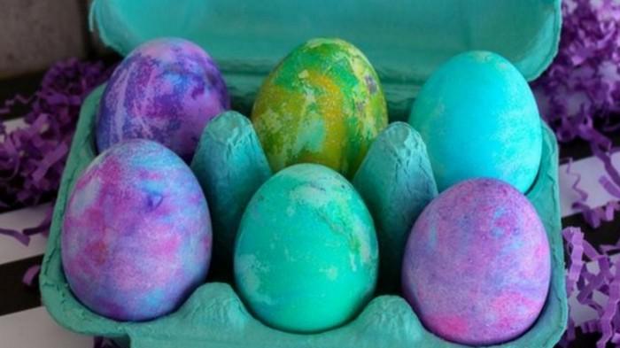 ostereier natürlich färben mit schlagsahne eier bemalen muster eier färben mit hausmitteln pastelfarben