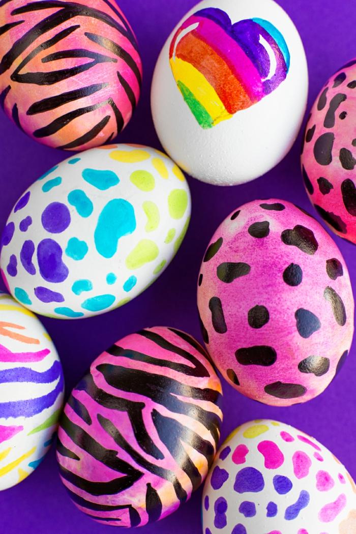 lila und weiße Eier mit Ombre Effekt auf einem lila Hintergrund, Eier färben