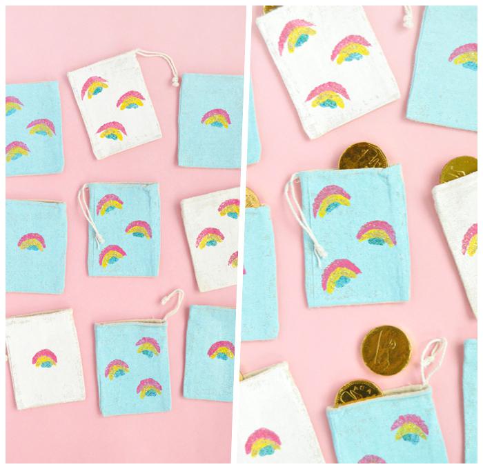ostergeschenke basteln, beutel aus blauem und weißem stoff dekoriert mit kleinen regenbogen
