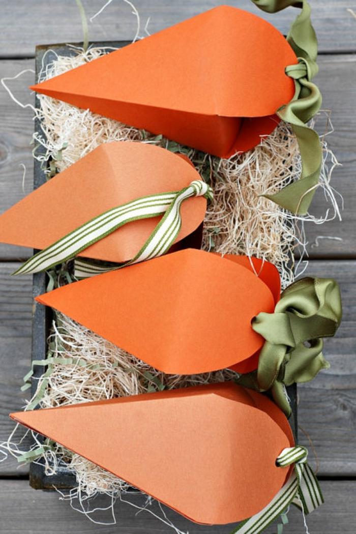 vier Karotten aus Papier voller Süßigkeiten, Ostergeschenke selber machen