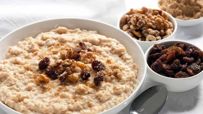 porridge rezept kalorienarm, eine weiße schale mit brei mit nüssen, gesund essen und leben