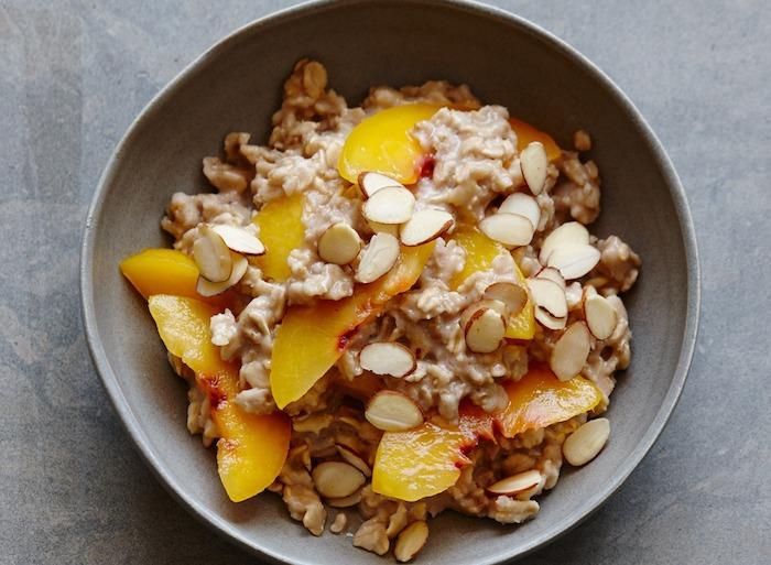 porridge rezept kalorienarm, grauer tisch, rezepte mit pfirsichen, gehackte mandelnüssen