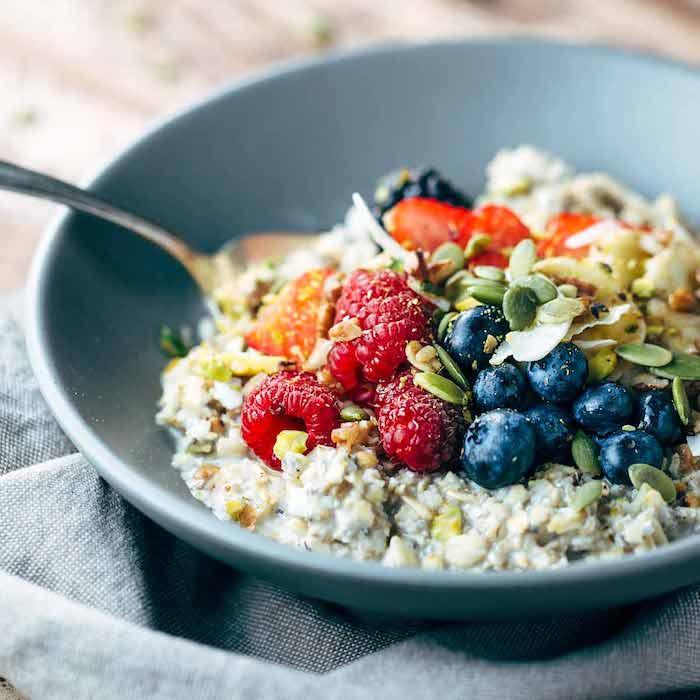 porridge rezept kalorienarm, müsli mit kürbissamen, himbeeren und blaubeeren, frühstücken