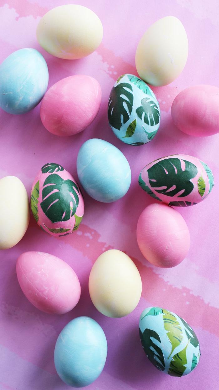 einige gefärbte Ostereier mit schönen Papier Aufkleber verschönert