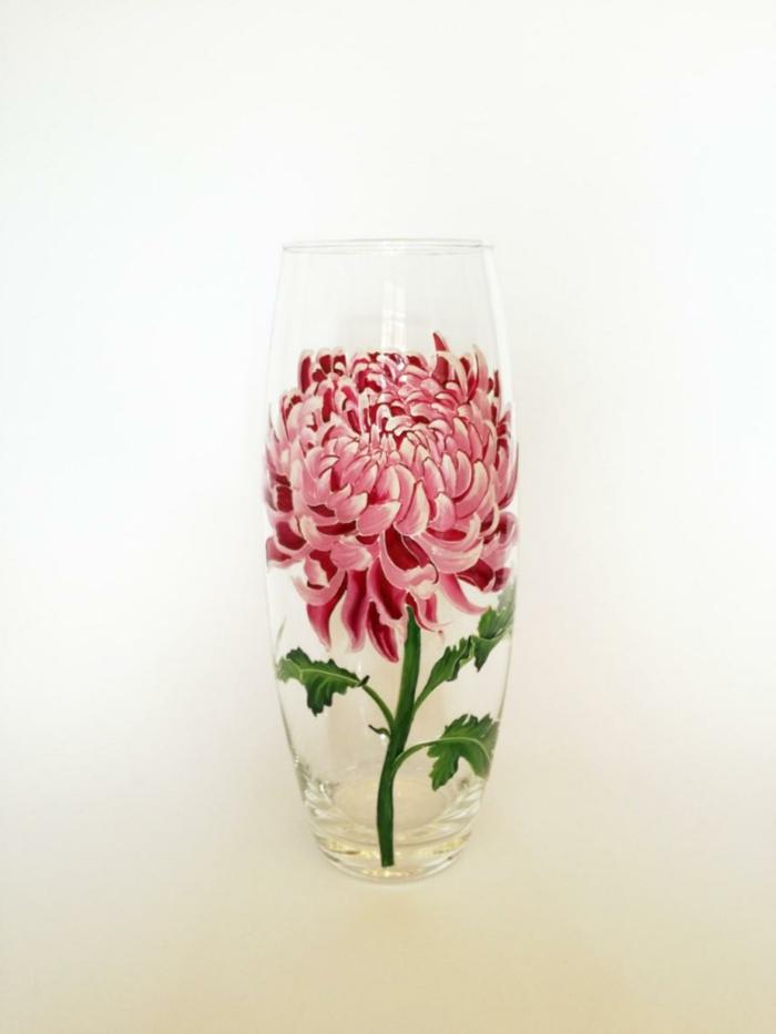 rosa Blume mit vielen kleinen Blättern, Vasen bemalen, Dekoration im Zimmer