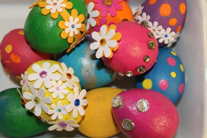 bunte gefärbte Ostereier mit kleinen Blümchen als Dekoration, so bildschön