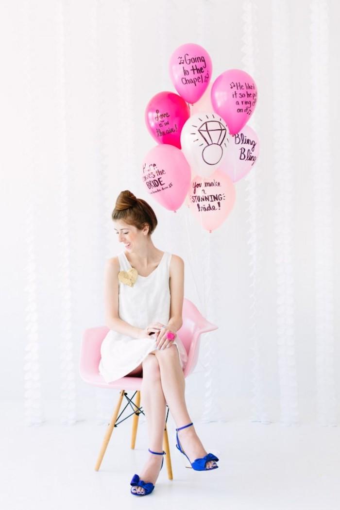 Rosa und weiße Luftballons mit Botschaften, kleine Überraschung für die Braut, Frau mit weißem Kleid und dunkelblauen High Heels